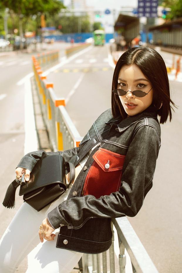 Khi mix cùng kính mát tròng tí hon cùng túi dáng hộp, Tú Hảo trông cực kỳ khỏe khoắn, tươi tắn dưới nắng hè.