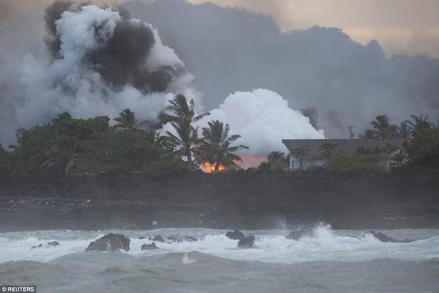 """Jessica Ball, nhà nghiên cứu núi lửa USGS (Cục Khảo sát Địa chất Mỹ), cho biết: """"Chúng tôi ước tính dòng chảy dung nham di chuyển khoảng 76m/h nhưng có thể nhanh hoặc chậm hơn bất cứ lúc nào. Hiện tại, không có lối vào khu vực Vacationland, Kapoho, đường cao tốc 132 và 137""""."""