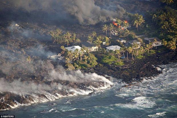 """Đây là ngày Hawaii bị tàn phá nặng nề nhất từ khi núi lửa Kilauea bắt đầu phun trào từ ngày 3/5. """"Vacationland gần như bị phá hủy hoàn toàn"""", thị trưởng Harry nói."""