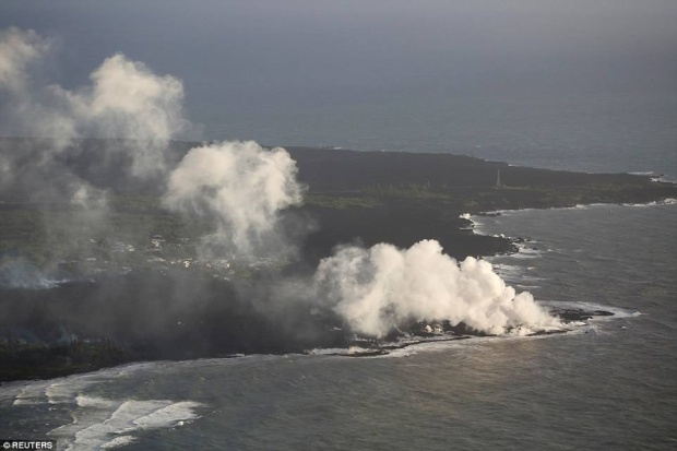 Được biết, đây là lần thứ hai dung nham tràn xuống biển kể từ khi núi lửa Kilauea phun trào.