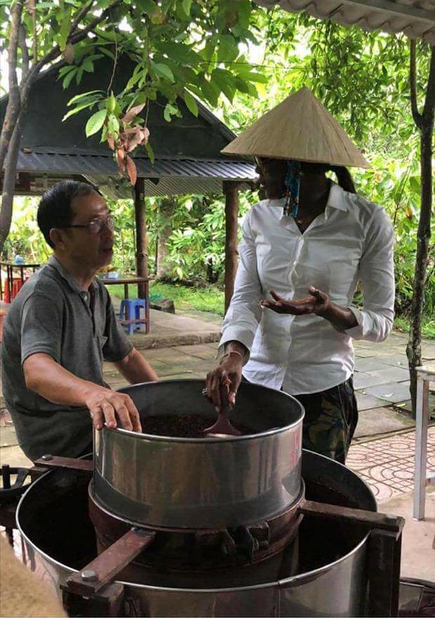 Trong lần đến thăm Việt Nam mới đây, siêu mẫu thế giới Naomi Campbell cũng khiến nhiều người thích thú khi đội nón lá cùng áo sơ-mi trắng.