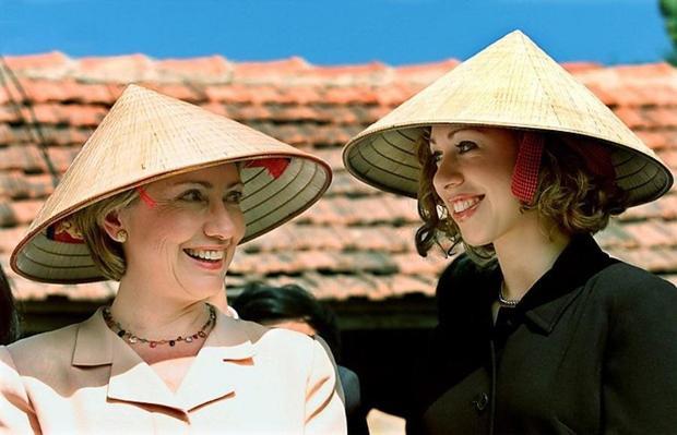 """Bà Hillary Clinton và con gái Chelsea cũng từng """"chống chọi"""" với cái nắng nhiệt đới cùng món phụ kiện nổi tiếng này."""