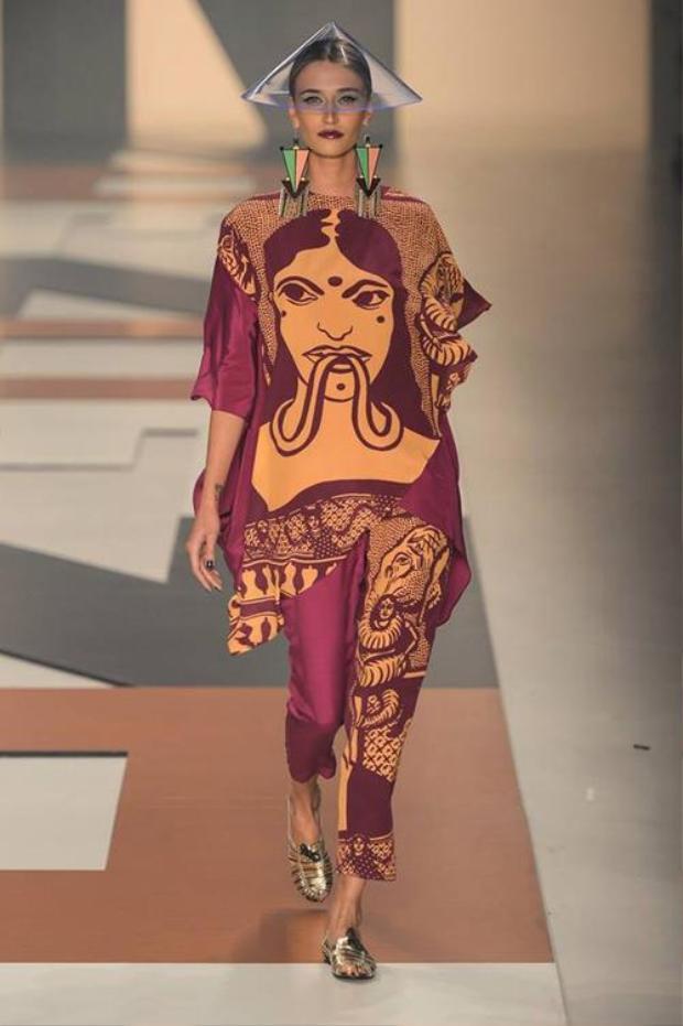 Thiết kế nón lá với chất plastic trong veo, khi kết hợp cùng bộ trang phục mang cảm hứng Đông Nam Á bỗng trở nên hoàn toàn phù hợp.
