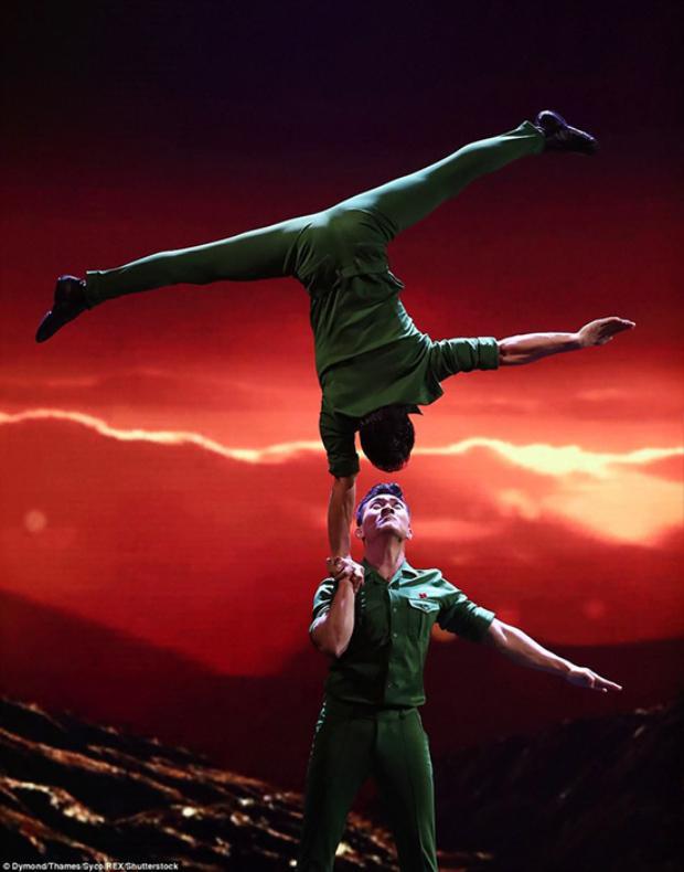 Nhà thiết kế đã sử dụng vải xanh trên nền chất liệu thun có độ co giãn cao để giúp hai nghệ sĩ dễ dàng thực hiện các động tác chồng đầu, giữ thăng bằng, uốn dẻo khi biểu diễn.