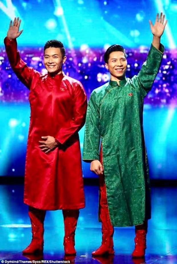 """Trước đó, hai """"hoàng tử xiếc"""" cũng từng sử dụng hai mẫu áo dài của nhà thiết kế Trịnh Hoàng Diệu khi xuất hiện tại chương trình."""