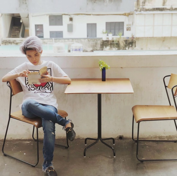 Vũ Cát Tường tiếp tục theo đuổi phong cách menswear khi diện áo phông cùng quần jeans rách gấu đơn giản.