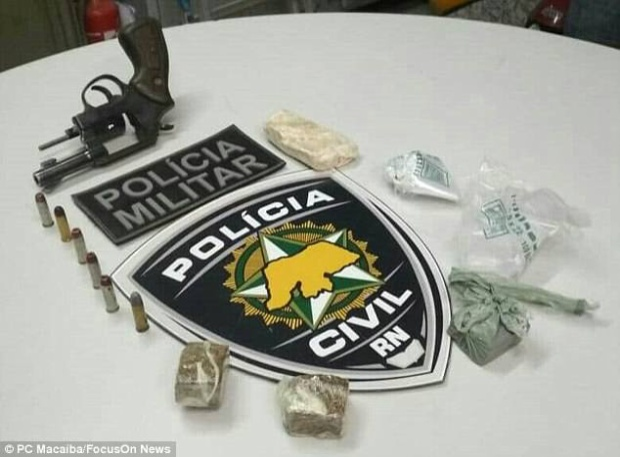 Tại hiện trường, cảnh sát phát hiện một khẩu súng lục, ngòi đạn và nhiều viên ma túy. Ảnh:FocusOnnews