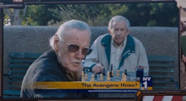 Stan Lee được phỏng vấn về trận chiến tại New York khi đang đánh cờ cùng bạn đồng niên.