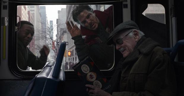Stan Lee đang thưởng thức quyển The Doors of Perception của Aldous Huxley trong Doctor Strange.