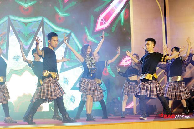 Là người mở màn phần thi tài năng, Á khôi 2 Đinh Thị Vân Anh mang đến phần trình diễn nhảy cover vũ đạo Đóa hoa hồng (Chi Pu) đầy sôi động