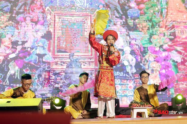 Nguyễn Thị Hường - nữ sinh lớp Khai thác Vận tải và Kinh tế Đường bộ thành phố K56 mang đến đêm chung kết một màu sắc rất riêng qua tiết mục Hầu đồng.