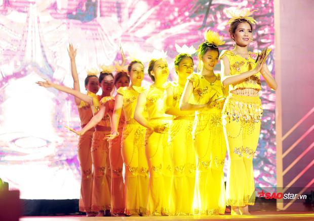 Tân Hoa khôi Nguyễn Thị Phấn mang đến sân khấu của đêm chunng kết tiết mục múa Thiên thủ thiên nhãn độc đáo, đậm bản sắc văn hóa.