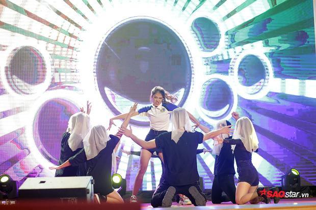 Tiết mục của Nguyễn Hồng Thu được đầu tư công phu về đạo cụ, vũ đạo, âm nhạc.
