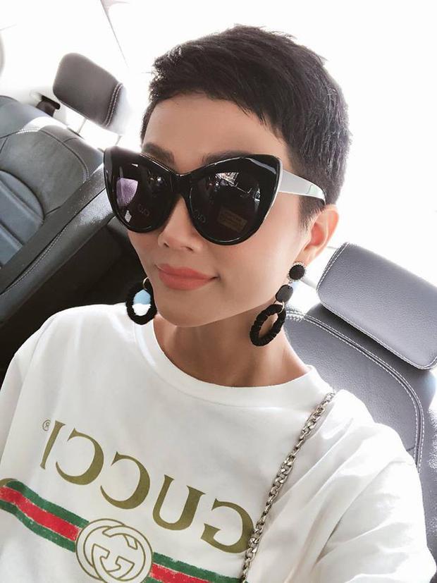 Với style thường ngày, HH H'Hen Niê rất hay chọn kiểu tóc tém cắt mái vát chéo để thêm nét tinh nghịch phá cách hợp với những bộ cánh street style năng động của mình.