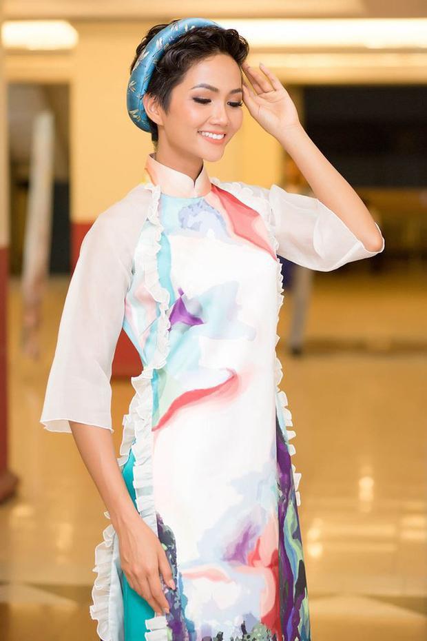Thướt tha trong tà áo dài, khi thêm phụ kiện khăn đóng hay vương miện tô điểm thì mái tóc tém của H'Hen Niê cũng rất nữ tính điệu đà chứ không phá cách, nghịch ngợm chút nào.