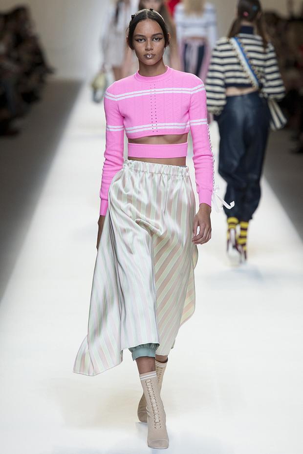 Cách diện chiếc áo sexy này cùng một item dáng dài cũng được nhiều nhà mốt lăng-xê. Đơn cử như trong show Fendi Xuân, Hè 2017…