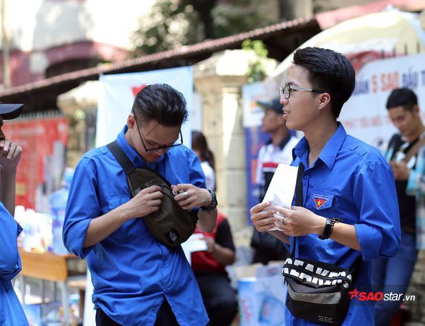 Nam thanh niên tình nguyện gây bất ngờ với gương mặt như bản sao thánh thả thính OSAD