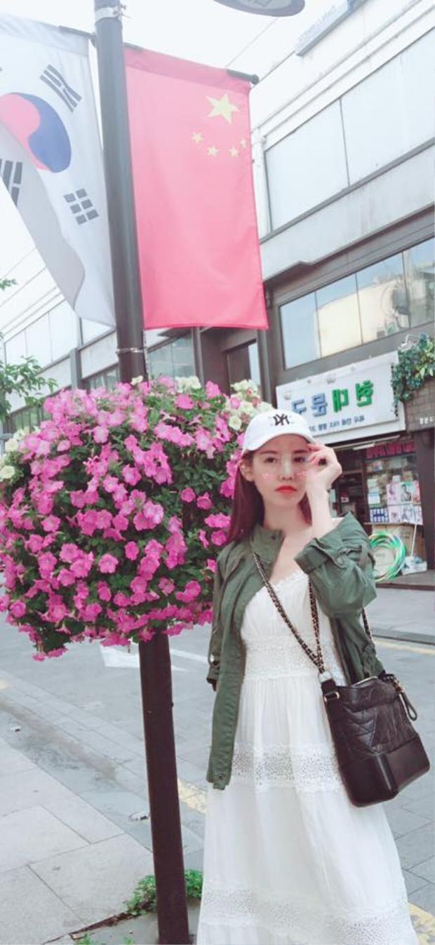 Quế Vân thoải mái dạo phố Hàn Quốc trong quá trình chờ tháo băng.