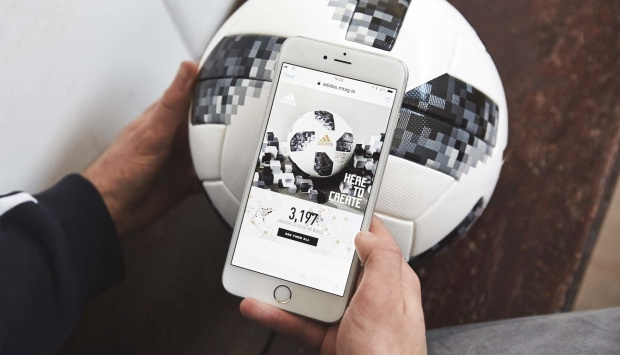 Trái bóng Telstar 18 có thể tương tác thông minh với điện thoại thông qua chip NFC.