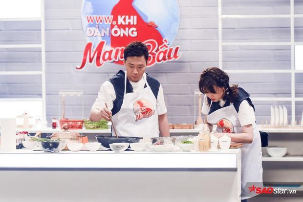 Cả hai tỏ rõ sự vụng về trong cách chuẩn bị, nấu nướng.
