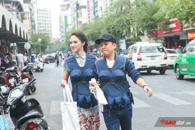 Gia đình Phép thuật bắt đầu thử thách. Trường Giang nhanh nhẹn dẫn Hương Giang đi chợ.