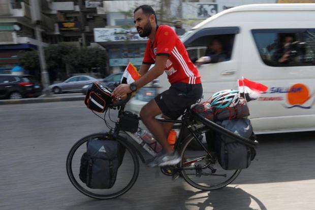 Mohamed Nufal đã trải qua quãng đường khoảng 5.000km trên chiếc xe đạp để tới Nga tham dự World Cup 2018.