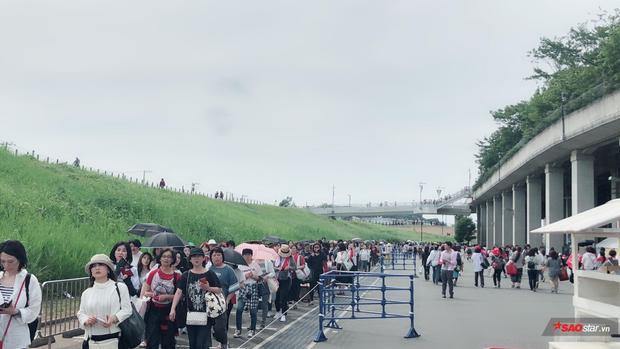 Những hàng người dài cả cây số đang nhích dần để vào bên trong nơi diễn ra buổi biểu diễn.