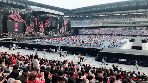 Từ đây nhìn về phía sân khấu mới thấy hết quy mô của đêm nhạc.