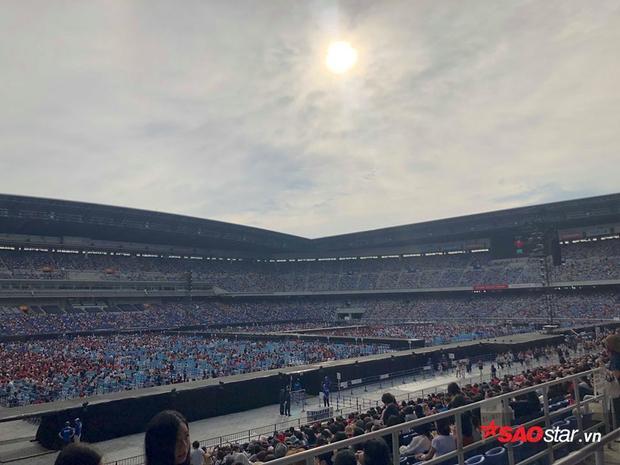 Sân vận động Nissan rộng mênh mông, nơi 75,000 trái tim chuẩn bị được hoà làm một trong âm nhạc của TVXQ.