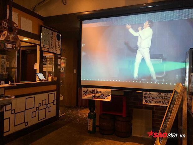 Và tất nhiên khắp các nhà hàng, quán xá ở mọi nơi đều vang lên âm nhạc của TVXQ!