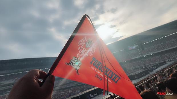 Chiếc cờ màu đỏ được in logo và biểu tượng của đêm nhạc đặc biệt tại Nissan.