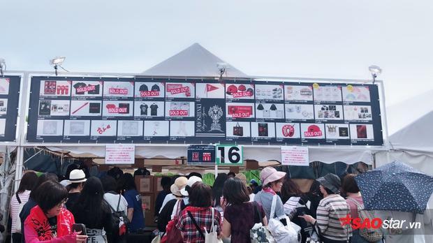 Hàng người hâm mộ xếp hàng dài cả cây số chỉ để mua các vật phẩm độc quyền của tour diễn.