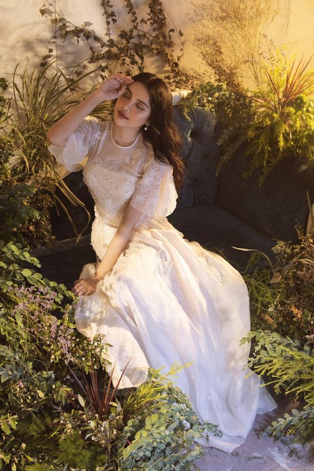 Ngoài ra, trong bộ ảnh vừa đăng tải, Diệu Thùy cũng chọn cho mình một thiết kế đầm dài khác với chất liệu ren thêu đính tinh tế đi cùng phần tay bồng.