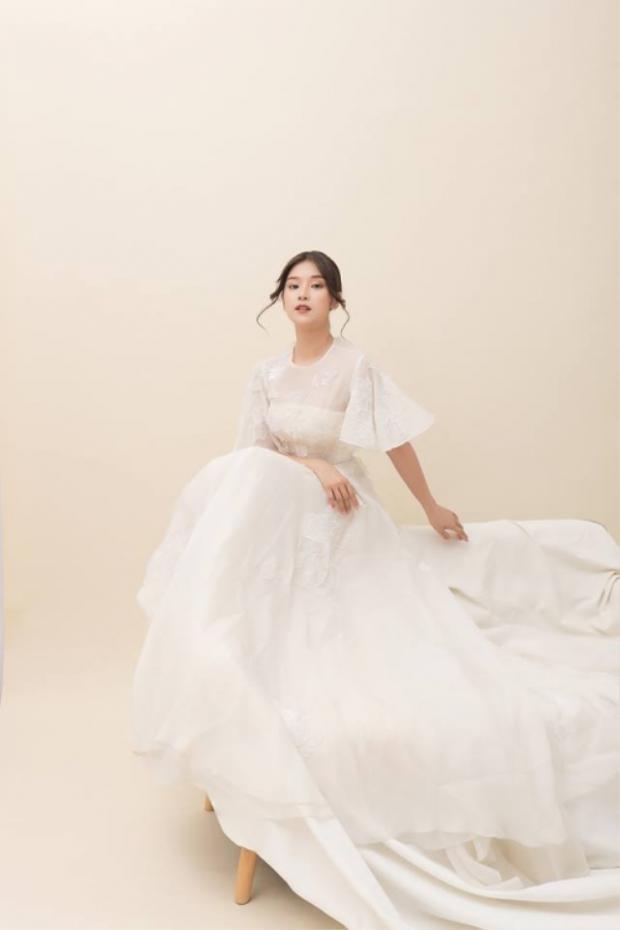 Ngoài ra, trang phục này cũng từng được Hoàng Yến Chibi mặc qua. Mặc dù vóc dáng bé nhỏ, chưa đến 1,6m cô nàng vẫn không ngần ngại diện kiểu đầm dạ hội phủ gót - được xem như khắc tinh của những cô nàng nấm lùn để chụp ảnh.