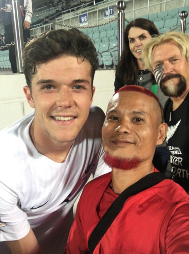Anh Lê Anh Tiến cùng CĐV New Zealand tại World Cup U.20 ở Hàn Quốc