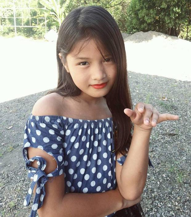 Dù chỉ khoảng 11-12 tuổi, Lirah được cộng đồng mạng đánh giá có nhan sắc xinh đẹp vượt trội so với các thành viên còn lại trong nhóm Ponytail Girl.