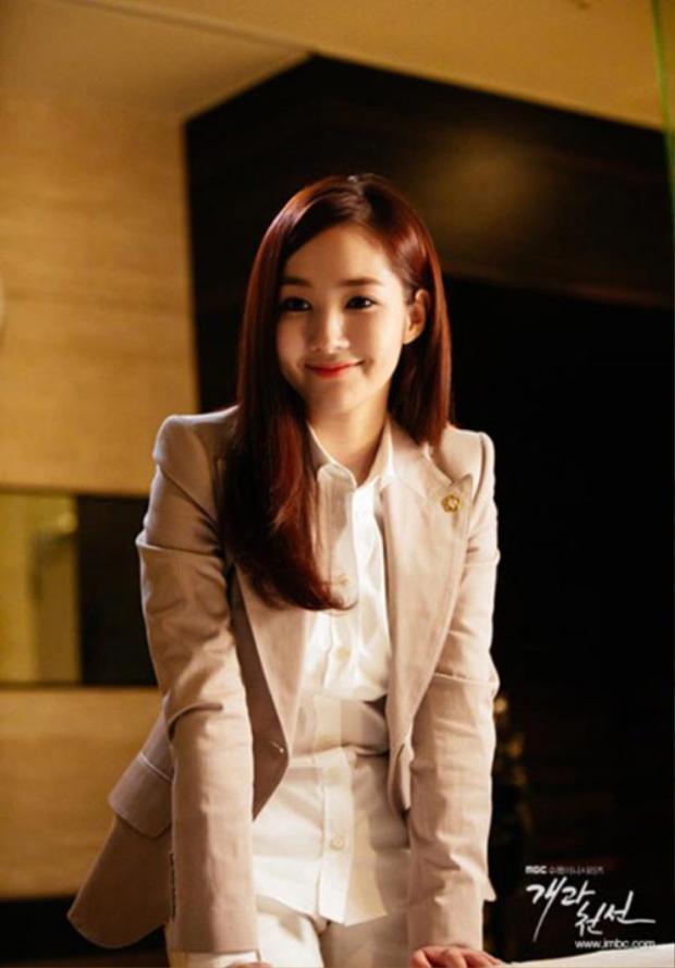 Áo sơ mi trắng kết hợp blazer hồng nhẹ cùng mái tóc thả tự nhiên vừa ra dáng công sở nhưng vẫn cực kì nữ tính