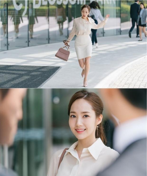 Vẫn là áo sơ mi nhưng kết hợp với váy chữ A trắng tạo nên sét đồ nhẹ nhàng cho những cô nàng nữ tính