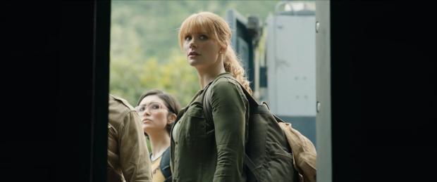 Cô nàng tóc đỏ Claire Dearing được dịp trở về Thế giới khủng long.