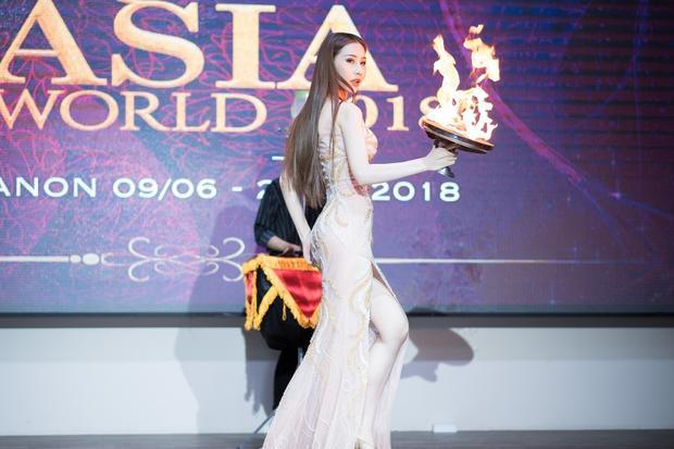 Đại diện Việt Nam tại Miss Asia World 2018 gây xúc động khi kể về quá khứ mồ côi cha mẹ