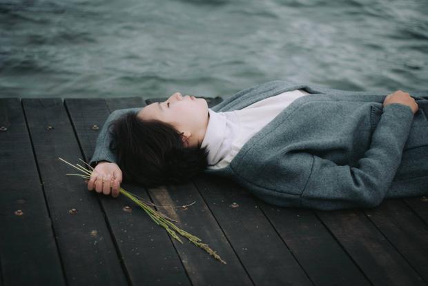 Khi hóa thân thành tomboy, cô bạn mang vẻ đẹp lạnh lùng, trầm buồn.