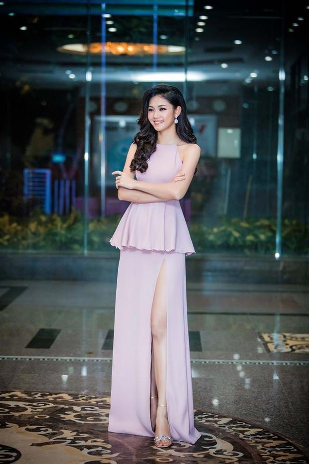 Á hậu khoe vẻ dịu dàng nhưng không kém phần quyến rũ trong bộ váy pepblum gam màu pastel nhẹ nhàng.