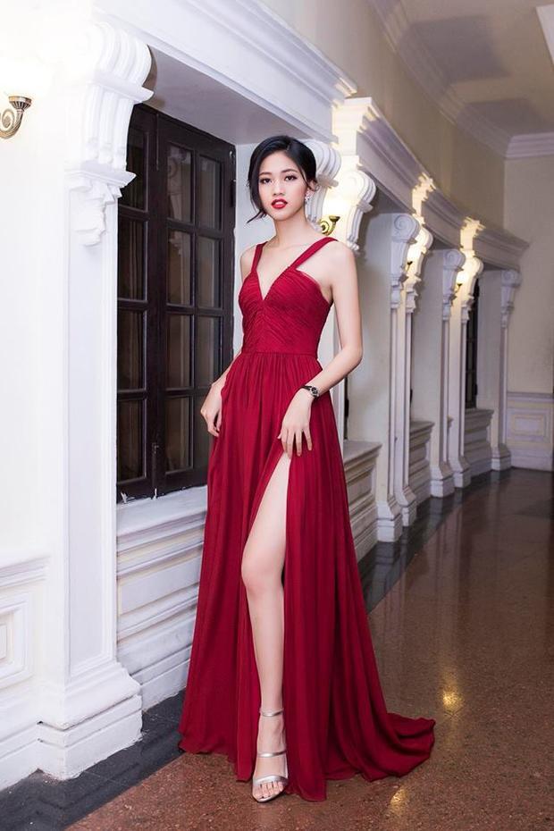 Hội ngộ cùng các mỹ nhân trên thảm đỏ Wechoice Awards diễn ra vào tháng 1/2018, Á hậu Thanh Tú diện thiết kế khá gợi cảm.Với gam màu đỏ rượu vang vẻ đẹp vừa ngọt ngào vừa gợi cảm của nàng Á hậu 2016 chưa khi nào bị quên lãng. Hơn thế nữa, vẻ đẹp trời phú của á hậu Thanh Tú khi hòa quyện trong gam màu này càng trở nên mê hoặc hơn bao giờ hết.
