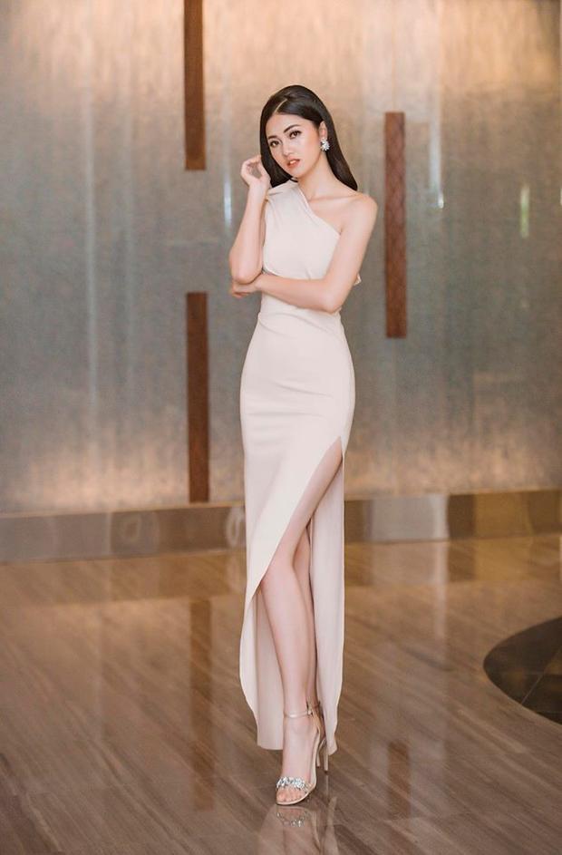 Không thể phủ nhận rằng với đôi chân dài miên man thì kiểu váy xẻ tà luôn là vũ khí tạo sự cộng hưởng tuyệt đối. Hình ảnh chân dài sinh năm 1994 vô cùng nổi bật với thiết kế xẻ tà cao hun hút trông thật gợi cảm.