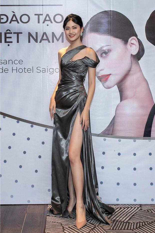Trong sự kiện ra mắt trung tâm đào tạo Hoa hậu Việt Nam diễn ra hồi tháng 5, chân dài tiếp tục trưng dụng một thiết kế đơn sắc được làm từ chất liệu lụa mang tới sự nhẹ nhàng, thanh thoát cho người mặc.