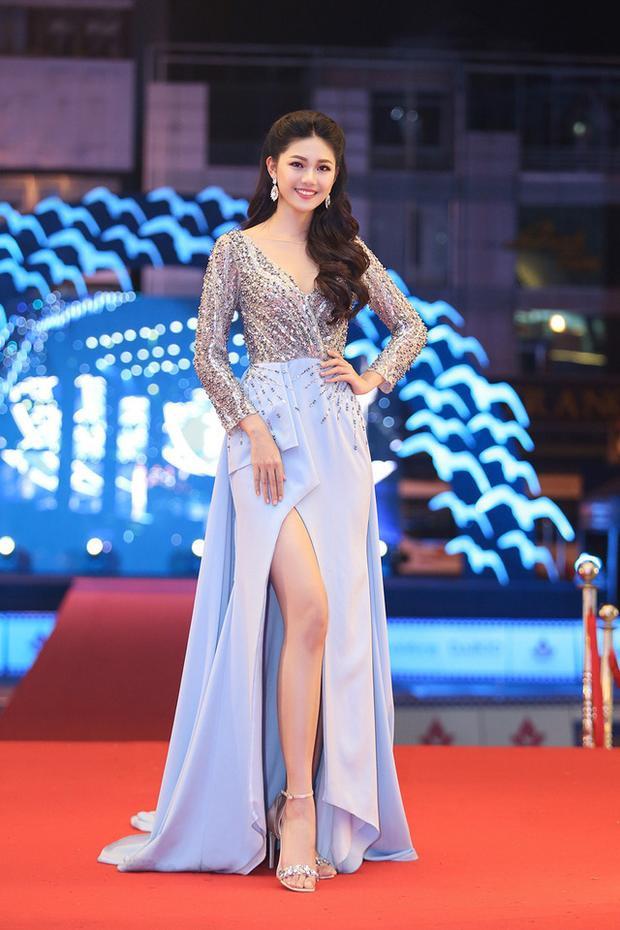 Thanh Tú như hóa thành công chúa nhờ tận dụng rất tốt trang phục làm điểm nhấn cho cơ thể. Chiếc váy màu xanh với những đường cắt chéo tạo nên cái nhìn thiện cảm cho người đối diện mà không hề phô phang.