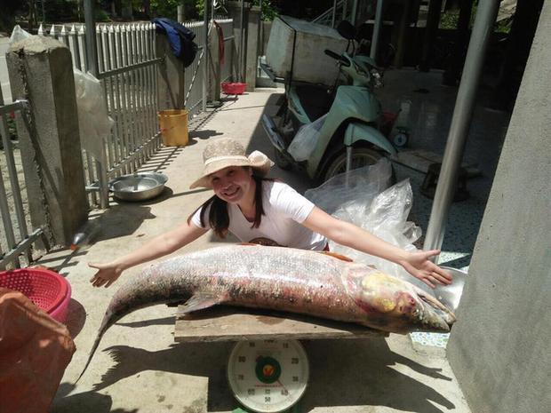 """Chị Ngân chụp với con cá măng """"khủng"""""""