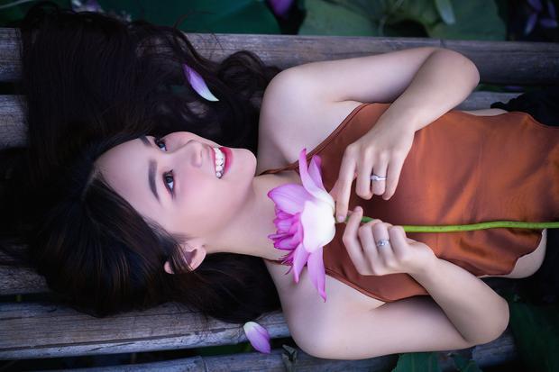 Bộ ảnh của thiếu nữ 17 tuổi rạng rỡ bên cánh sen mùa hạ này đang được dân mạng hết lời dành sự khen ngợi.