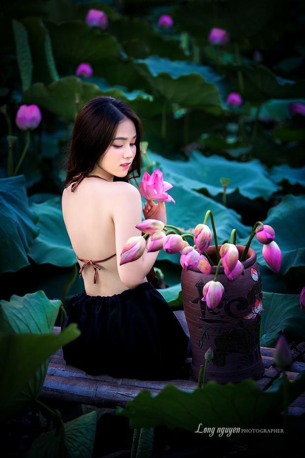 Thiếu nữ Hà thành dường như gợi cảm hơn khi xuất hiện bên những cánh hoa quyến rũ này.