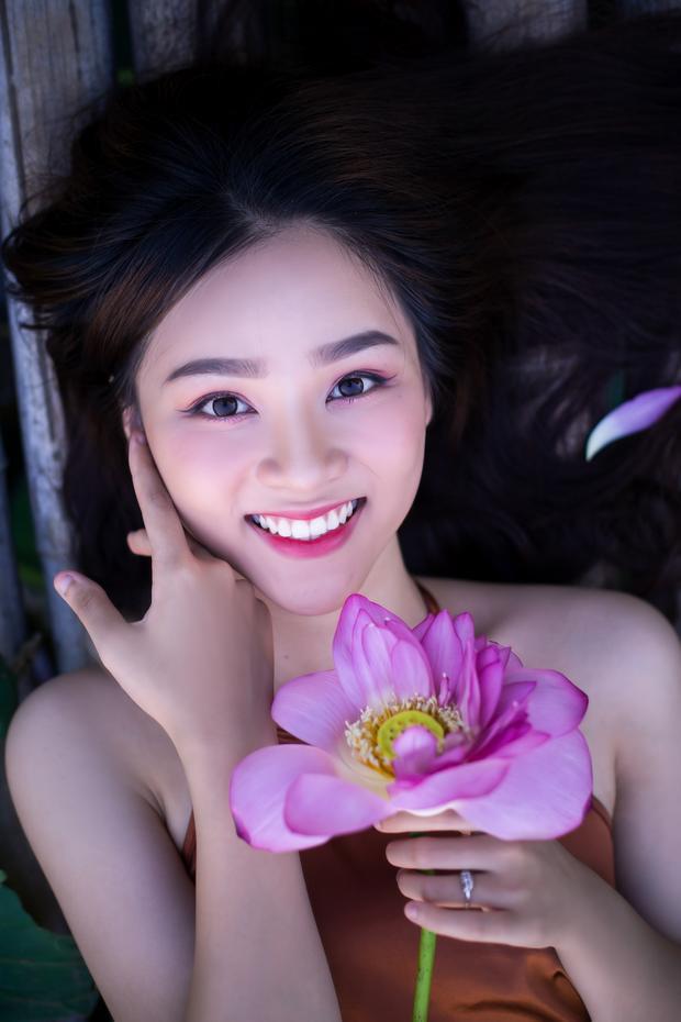 """Ngọc Anh được biết đến là hot girl của ngôi trường Nguyễn Bỉnh Khiêm, là cô nàng mẫu ảnh 10X khiến bao chàng trai """"mê mẩn"""" vì quá xinh."""